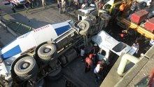 İstanbul Kadıköy'de beton mikseri köprüden bir aracın üzerine uçtu!