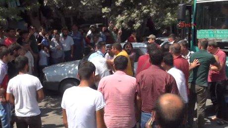 Yol verme kavgasında linç girişimini polis havaya ateş açarak önledi