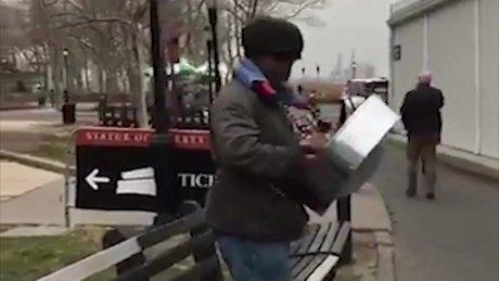 ABD'de bir sokak müzisyeninden İstiklal Marşı performansı!
