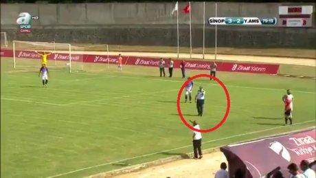 Maçı unutan polis sahaya girdi