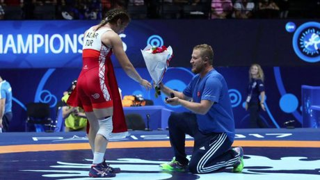 Önce altın madalya sonra sürpriz evlilik teklifi