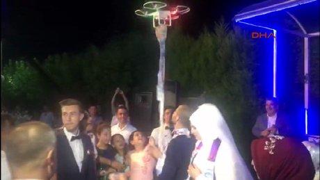 Sıraya girmek istemedi, geline takıyı drone ile taktı