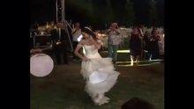 Azra Akın düğününde coştu