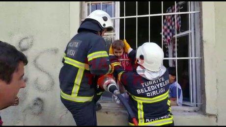 Başı korkuluklara sıkışan Suriyeli çocuk kurtarıldı