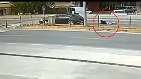 Anne ve kucağındaki çocuğuna otomobil çarptı