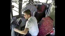 Adana'da parke taşlarıyla halk otobüsüne saldırdılar