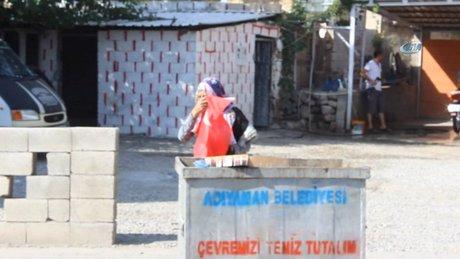 90 yaşındaki nine çöpteki Türk Bayrağını alarak öpüp evine götürdü