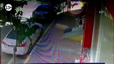 Balkondan düşen 4 yaşındaki çocuk yere böyle düştü
