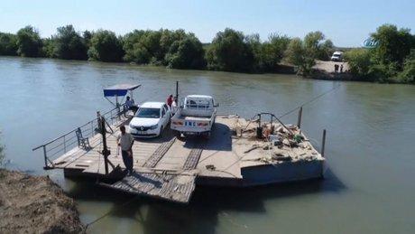 Araçlarını 1.5 asırdır nehirde salla taşıyorlar