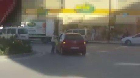 Yol ortasında otomobilini bıraktı, alışveriş yaptı