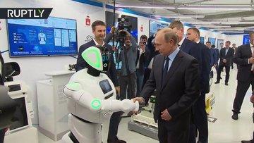 Putin 'Promobot' ile el sıkıştı