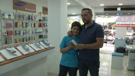 Hırsızı yakalatan 10 yaşındaki oğluna 3 bin TL'lik telefon hediye etti