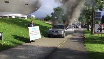 Otomobilini Münih'teki BMW binası önünde ateşe verdi