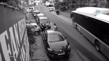 Kontrolden çıkan otobüs kaldırımdaki adamı böyle altına aldı