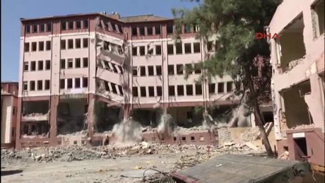 5 katlı bina saniyeler içinde böyle yıkıldı!