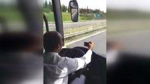 Otobüs şoförü araç kullanırken önce sigara içti sonra selfie yaptı