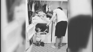 Çamaşır konusunda babasına yardım eden ufaklık