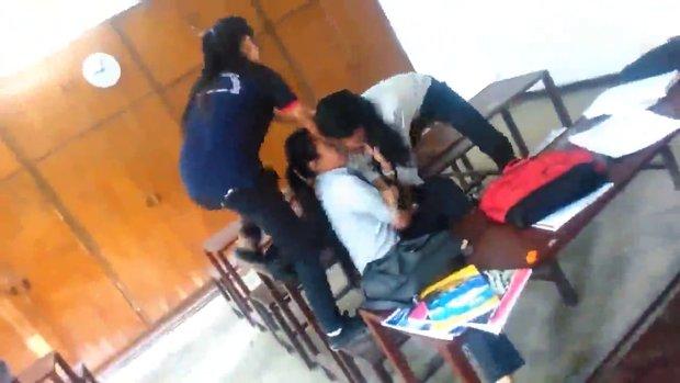 Liseli kızların saç çekmeli kavgası kamerada