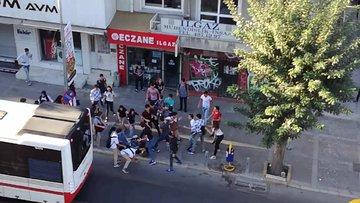 İzmir'de  liseli iki grubun kavgası kamerada