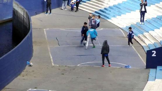 Tek bacaklı çocuktan futbol şovu