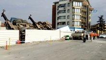 Devrilen vinç inşaat alanına düştü, sürücü ağır yaralandı