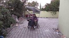 Yürüyemeyen eşi için güneş enerjili sandalye tasarladı