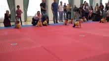 Bebeklerin emekleme yarışması renkli görüntülere sahne oldu
