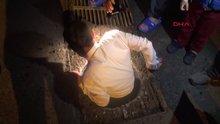 Takım elbiseyle kanalizasyonda kedi kurtarma operasyonu