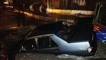 Cadde ortadan ikiye ayrıldı, otomobili yuttu!