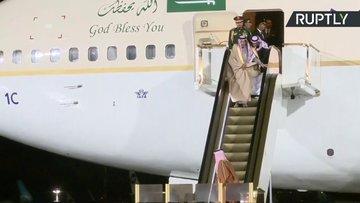 Suudi Arabistan Kralı yürüyen merdivenin azizliğine uğradı