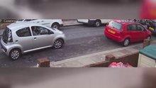 Küçük aracını park edemeyen sürücü kamerada