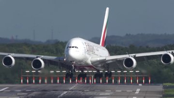 Yolcu uçağının piste sert inişi böyle görüntülendi