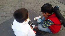 Taksim'de Suriyeli kardeşlerin duygusal paylaşımı