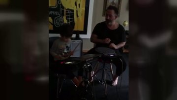 Cem Yılmaz oğluyla birlikte müzik yaptı
