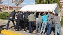 Eskişehir'de el birliği ile Türk usulü minibüs kaldırma