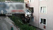 Yoldan çıkan tır binanın üçüncü katına girdi: 1 ölü