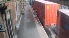 Bebek arabasını peronda bıraktı, yürekler ağza geldi!