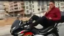 Ankara'da ayaklarıyla motosiklet kullanan sürücü tehlike saçtı