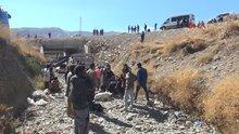 Hakkari Yüksekova'da kaçakları taşıyan kamyonet şarampole yuvarlandı