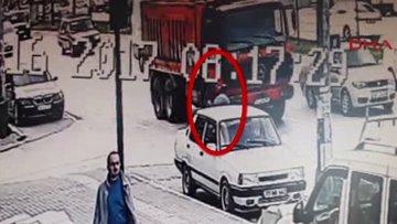 Kendini kamyonun altına atan Suriyeli hayatını kaybetti