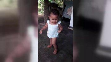 Küçük çocuk duyduğu dansa böyle ritim tuttu