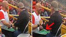 Görme engelli oğluna futbol maçını böyle anlattı