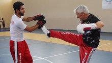 70'lik kick boksçu gençlere taş çıkartıyor