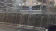 Alanya'da yağmur karayolunda şelale oluşturdu