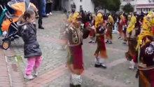 Ablasının folklor gösterisini gölgede bırakan ufaklık