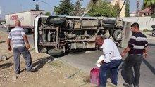 Devrilen kamyonundan sızan yakıtı bidona doldurdu