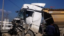 Okmeydanı'nda iki kamyonun karıştığı kaza