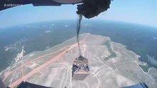 Askeri araçlar uçaktan paraşütle yere indi!