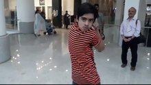 Kafasını 180 derece döndürebilen Pakistanlı çocuk