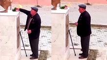 Atatürk büstüne çiçek bırakan yaşlı amca herkesi duygulandırdı!